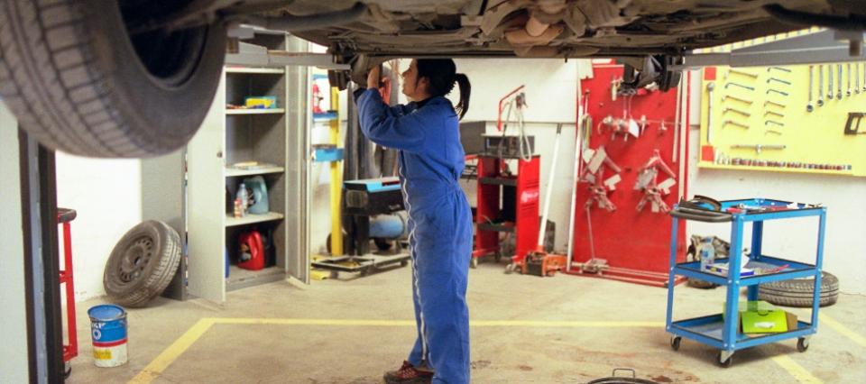 Une apprentie en réparation automobile