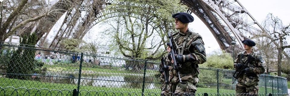 Photo de deux militaires surveillant la Tour Eiffel