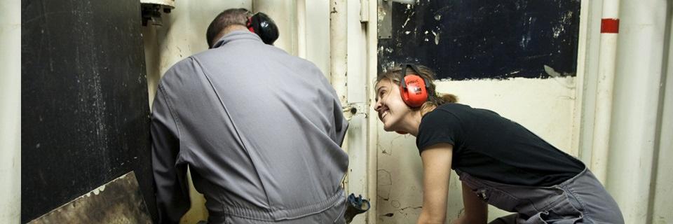 Une femme mécanicien