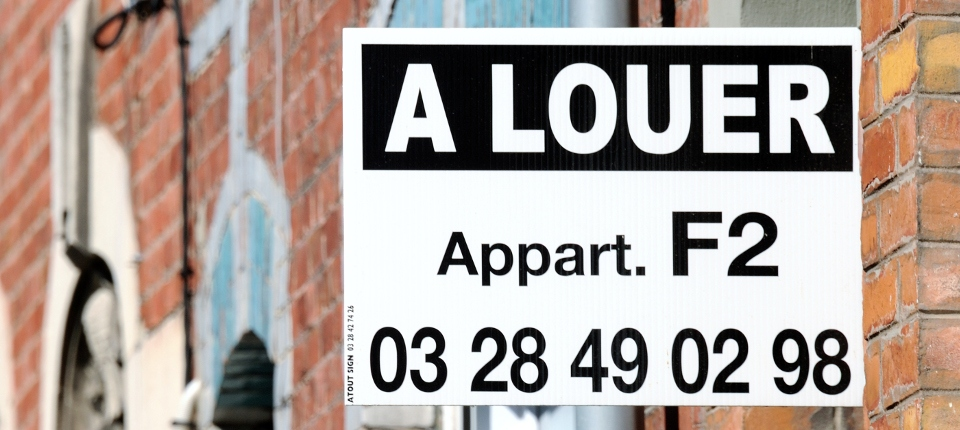 Affichette d'un appartement à louer sur la façade d'un immeuble