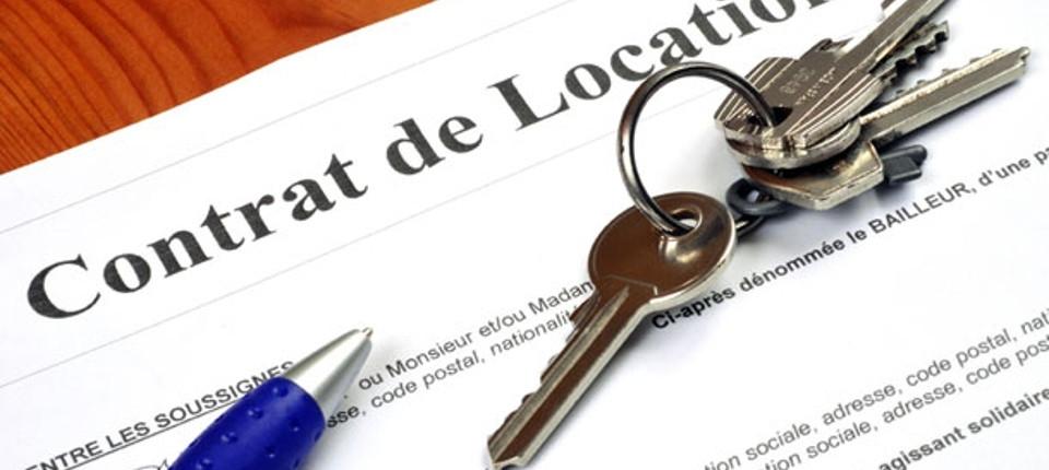Un contrat de location prêt à être signé avec les clés d'un logement