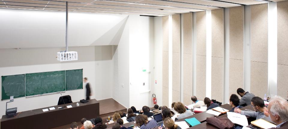 Un cours dans l'amphithéâtre d'une université