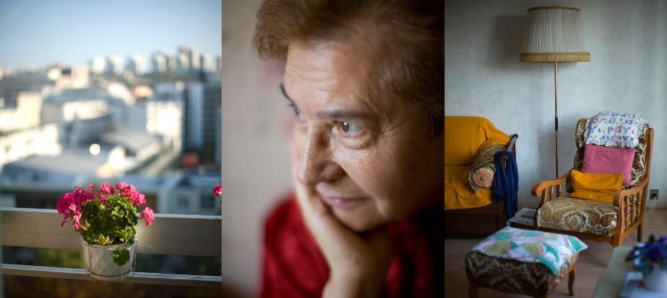 Une vieille dame dans son appartement.