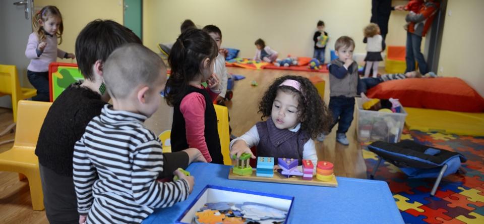 Photo d'enfants jouant dans une crèche.