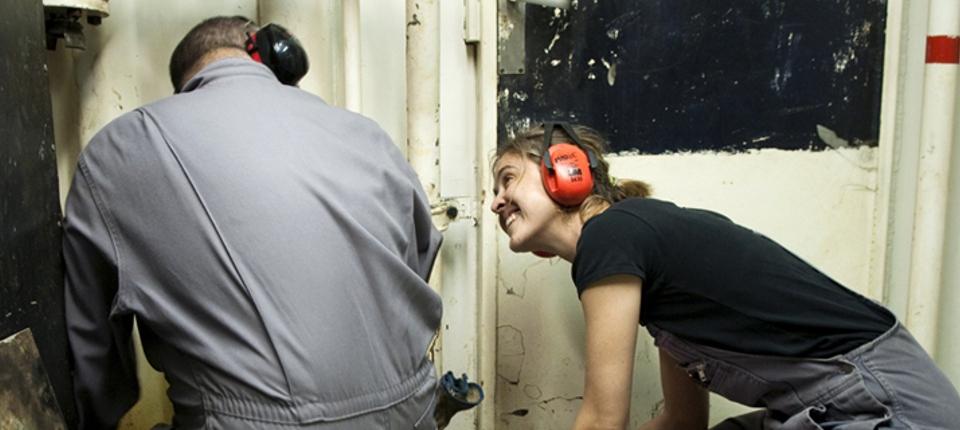 Une femme travaillant avec un homme dans le secteur du bâtiment