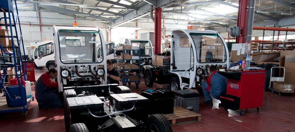 Photos d'ouvriers dans une usine de montage automobile