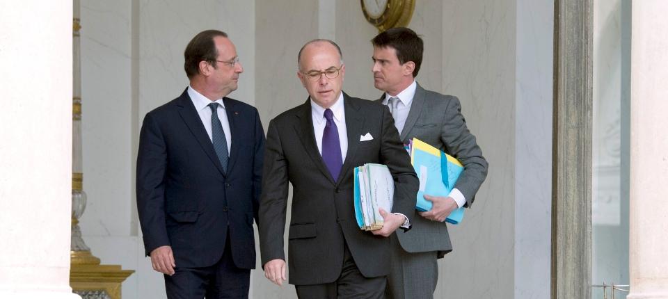 Photo du président de la République, du ministre de l'Intérieur et du Premier ministre sortant de l'Elysée.