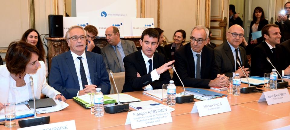 Photo de Manuel Valls, entourée de Marisol Touraine, François Rebsamen, Jean Pisani-Ferry, Michel Sapin et Emmanuel Macron lors de l'installation du Comité de suivi des aides publiques le 4 novembre 2014.