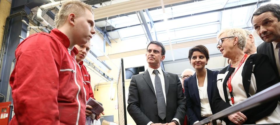 Photo du Premier ministre en déplacement sur le thème du décrochage scolaire à Lens le 21 novembre 2014 avec Najat Vallaud-Belkacem et Thierry Mandon.
