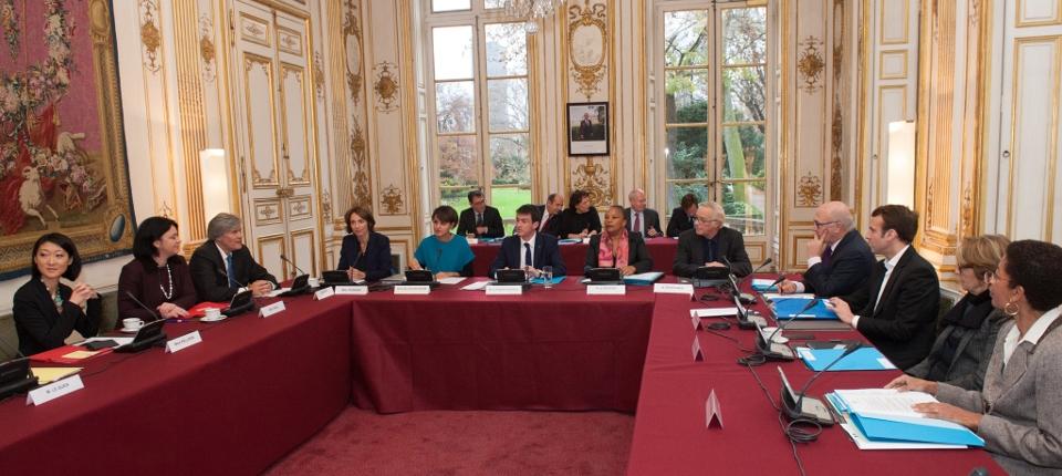 Photo de la réunion de ministres autour de Manuel Valls le 12 décembre 2014