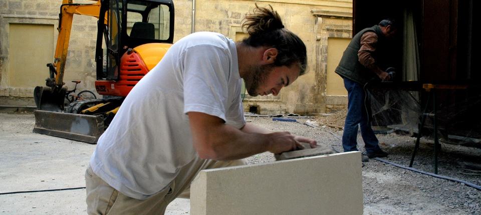 Photo d'un jeune au travail.