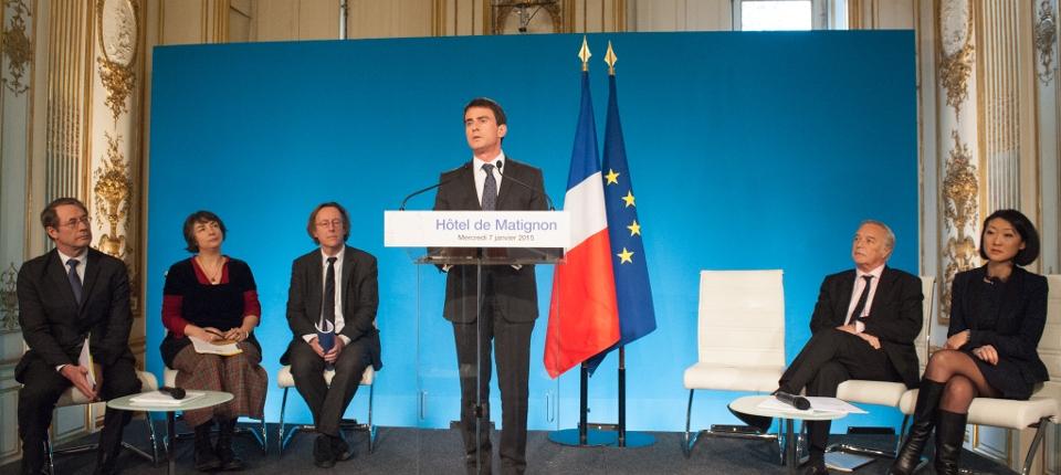 Photo de Manuel Valls lors de la conférence de presse du 7 janvier 2015, entouré des trois rédacteurs du rapport sur les intermittents et de François Rebsamen et Fleur Pellerin.