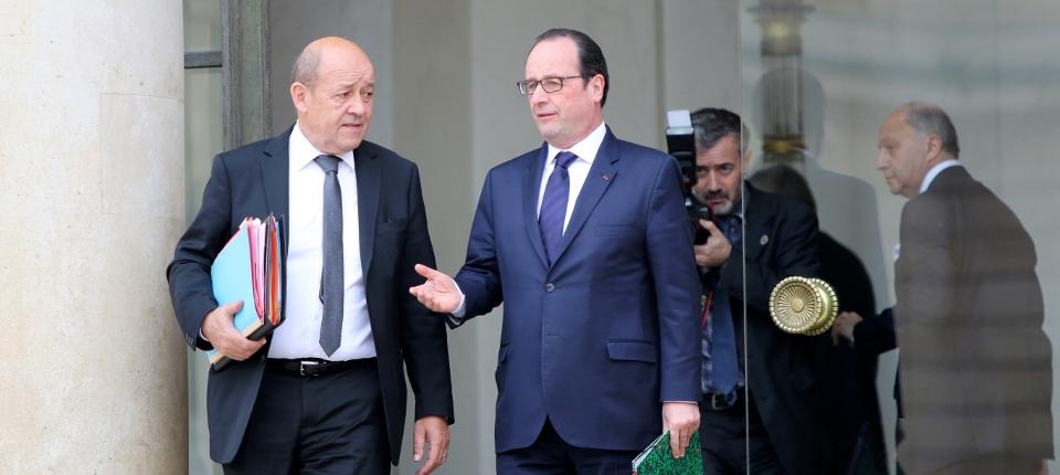 Photo du président de la République avec Jean-Yves Le Drian, ministre de la Défense, à l'Elysée le 21 janvier 2015.