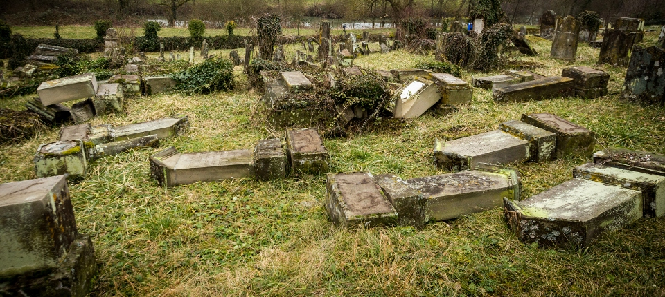 Photo du cimetière profané de Sarre-Union dans le Bas-Rhin.