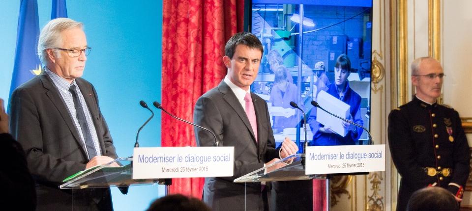 Photo de Manuel Valls présentant avec François Rebsamen la réforme du dialogue social le 25 février 2015 à Matignon