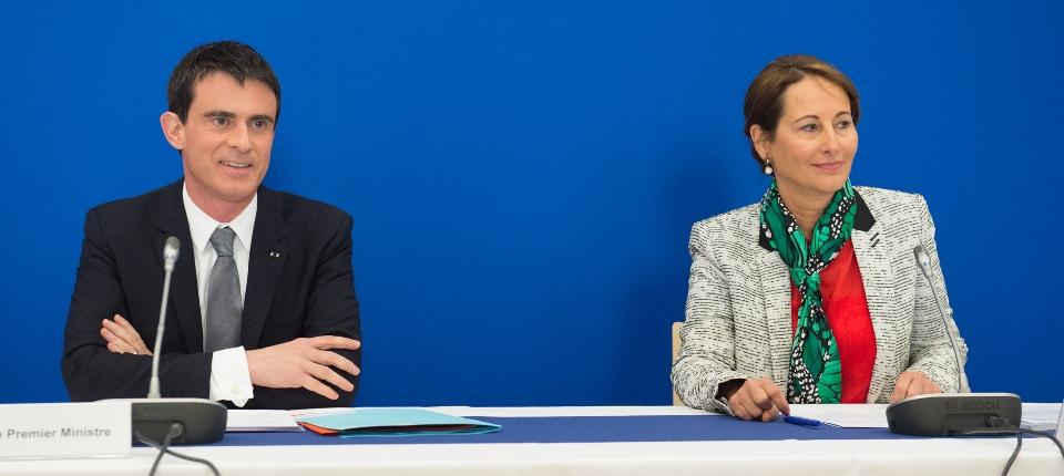 Photo de Manuel Valls et Ségolène Royal présentant le 4 février 2015 la feuille de route écologique du Gouvernement pour 2015