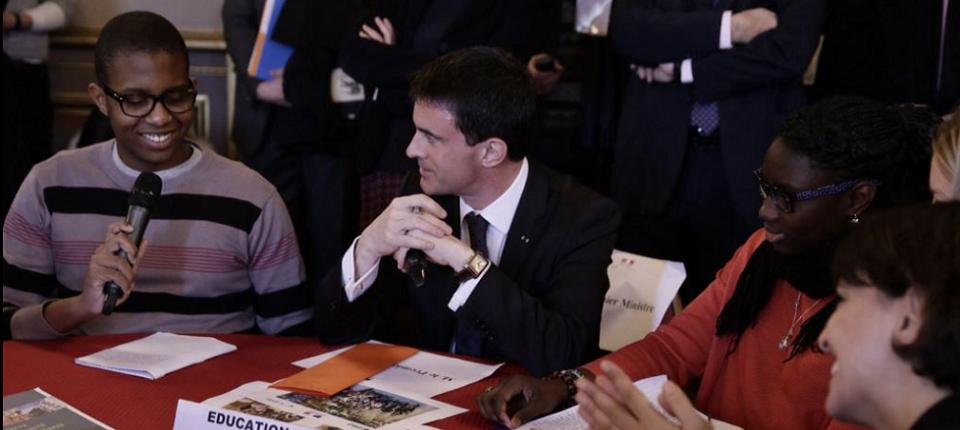 Manuel Valls avec des lycéens à Marseille