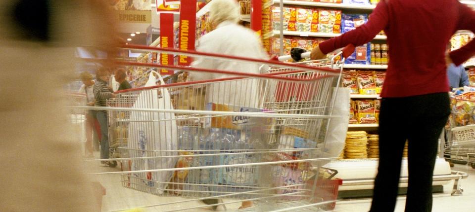 Photo dans un supermarché de gens faisant leurs courses.