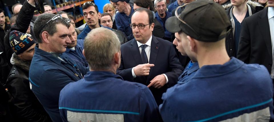 Photo de François Hollande discutant avec des ouvriers de l'entreprise les Forges à Trie-Château dans l'Oise le 3 avril 2015.