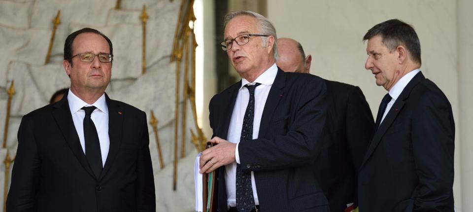 Photo du président de la République avec François Rebsamen à l'Elysée.
