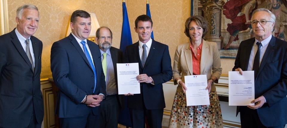 Photo de Manuel Valls, Marisol Touraine, François Rebsamen, Christophe Sirugue, Gérard Huot et Michel De Virville lors de la remise du rapport sur le compte personnel de prévention de la pénibilité