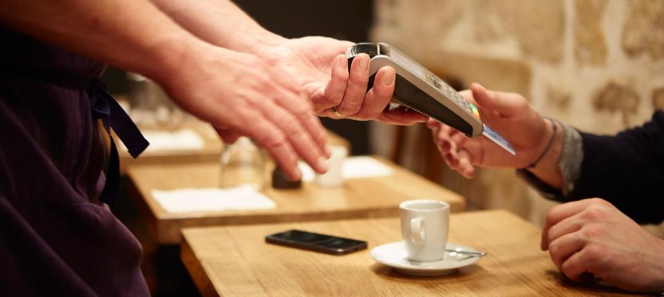 Photo d'un client payant par carte bleue