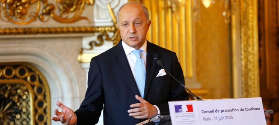 Photo de Laurent Fabius présidant la réunion de conclusion du conseil de promotion du tourisme le 11 juin 2015.