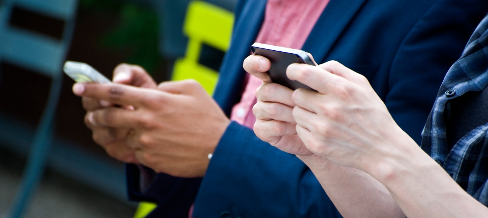 Photo de jeunes utilisant un téléphone portable