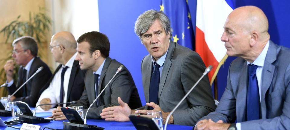 Photo de Stéphane Le Foll, Michel Sapin et Emmanuel Macron réunissant les banques et les éleveurs le 28 juillet 2015 à Bercy