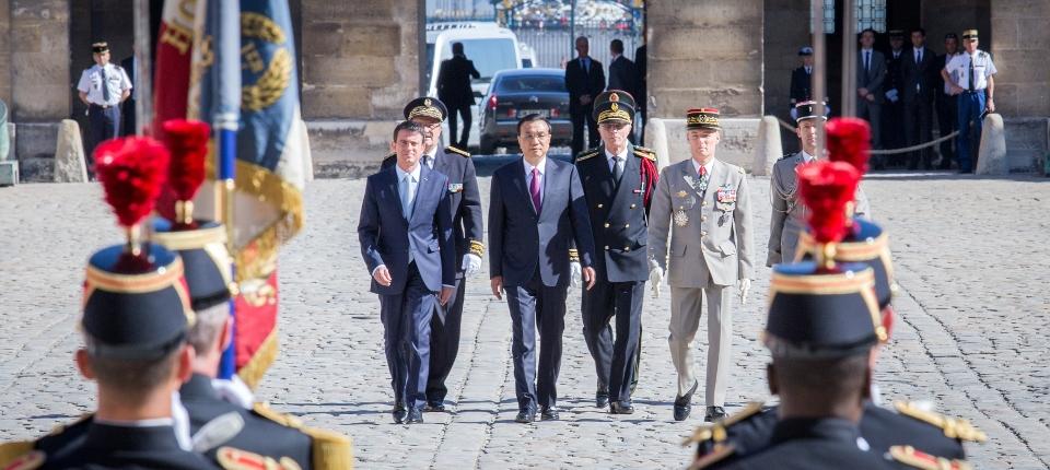 Photo de Manuel Valls accueillant aux Invalides le Premier ministre chinois Li Keqiang le 30 juin 2015.