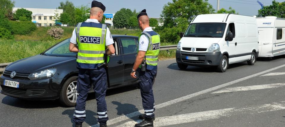 Photos de deux policiers au bord de la route