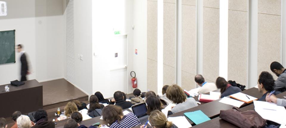 Photo d'un cours en amphi.