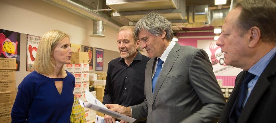 Photo de Ségolène Neuville et Stéphane Le Foll avec Olivier Berthe président des Restos du coeur le 30 novembre 2015.