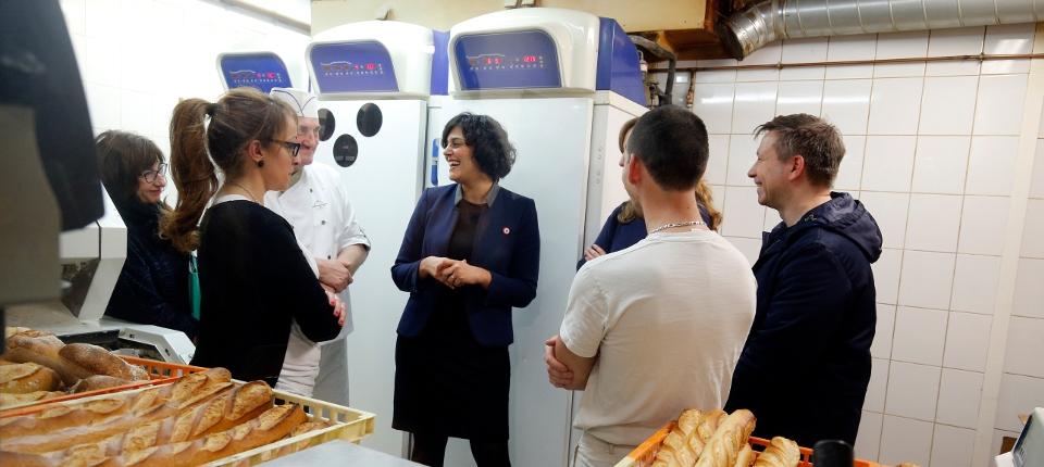 Photo de Myriam El Khomri dans une boulangerie qui résinsère et forme des demandeurs d'emploi, à Paris le 23 décembre 2015.