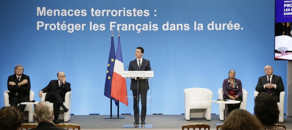 """Photo lors de la conférence de presse """"Lutte contre le terrorisme : protéger les Français dans la durée"""" à Matignon le 23 décembre 2015"""