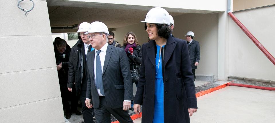 Myriam El Khomri et Michel Sapin sur un chantier de construction de logements à Rungis