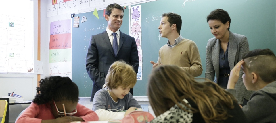 Photo de Manuel Valls en déplacement avec Najat Vallaud-Belkacem à l'école primaire Claude Monet de Mantes-la-Jolie le 14 avril 2016.