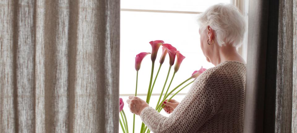 photo d'une femme âgée chez elle
