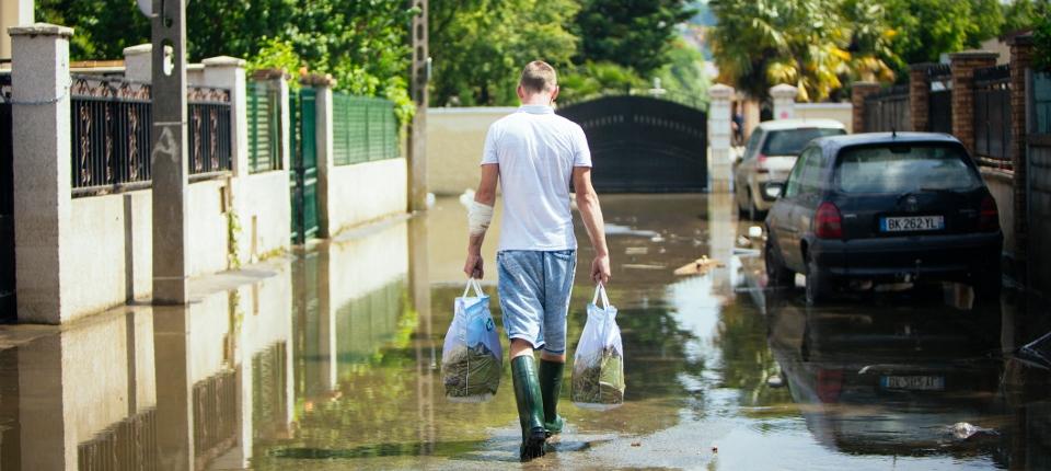Photo d'un sinistré dans un village inondé du Val de Marne