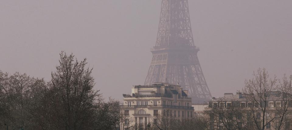 Photo de la Tour Eiffel entourée de pollution à l'ozone