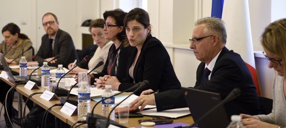Photo de Juliette Méadel lors d'une réunion avec les associations de victimes du terrorisme en mars 2016 à Paris