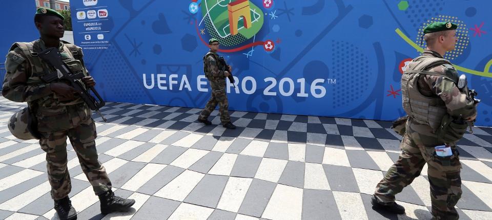 Des militaires français devant une fan zone à Nice