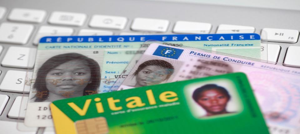 Des cartes de sécurité sociale sur un ordinateur