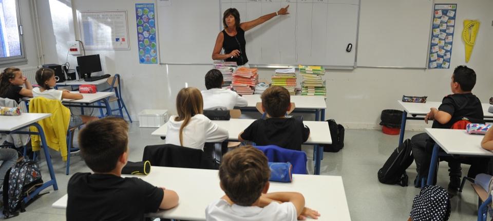 Des élèves assistent à un cours à l'école Atlantique secondaire (6e) à Aytre, dans le sud-ouest de la France.