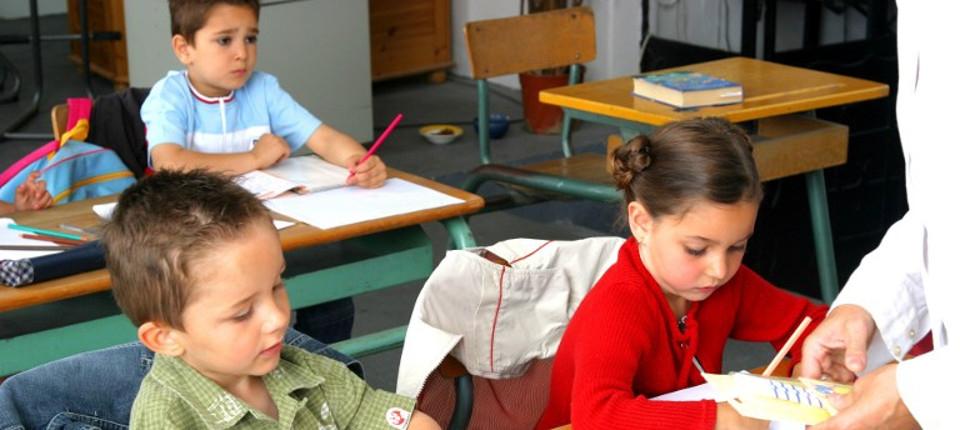 Garçons et fille à l'école maternelle