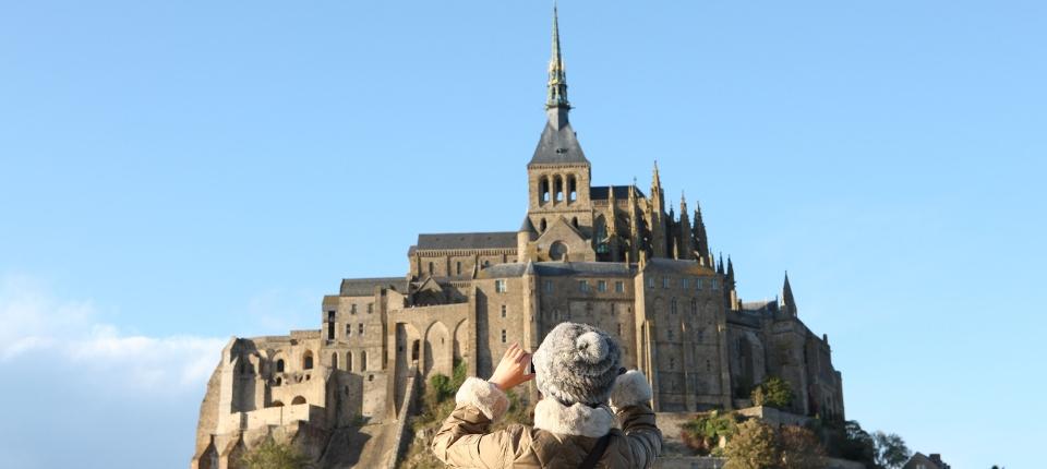 Touriste devant le Mont Saint Michel