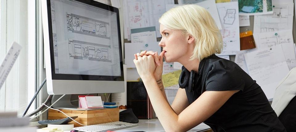 Jeune femme au travail