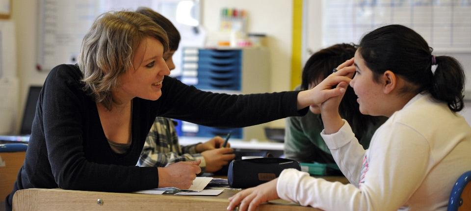"""Selma (D) travaille avec une éducatrice, le 24 avril 2008 à Paris à l'institut médico-éducatif """"Les petites victoires""""."""
