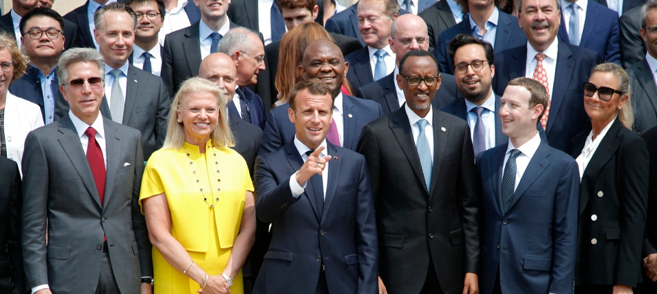 Photo de famille du Sommet Tech for Good autou d'Emmanuel Macron