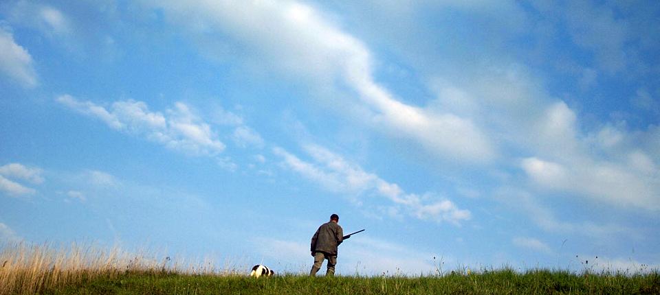 chasseur dans un champ